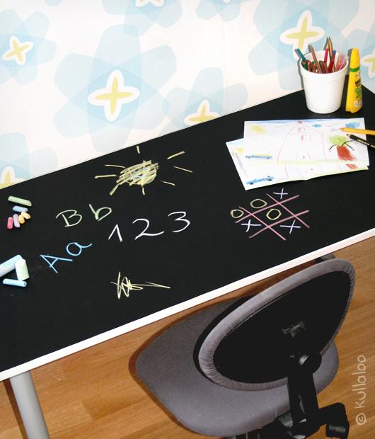 Kinderschreibtisch mit Tafelfolie bekleben – Das fertige Ergebnis