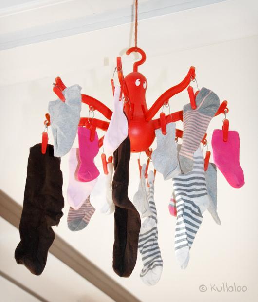 Baby Mobile selber machen aus einer IKEA Wäschespinne - Socken