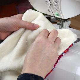 Schnittmuster Halssocke nähen: Wendeöffnung mit Matratzenstich schließen