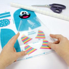 Plüsch Stoff zuschneiden: Buchfolie aufkleben