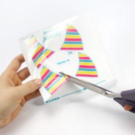 Plüsch Stoff zuschneiden: Stoff mit aufgeklebter Buchfolie zuschneiden