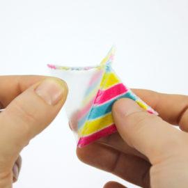 Plüsch Stoff zuschneiden: Buchfolie abziehen
