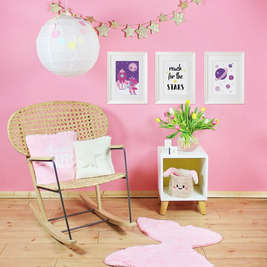 kinderzimmer bilder 3er poster set einhorn im weltraum kullaloo. Black Bedroom Furniture Sets. Home Design Ideas