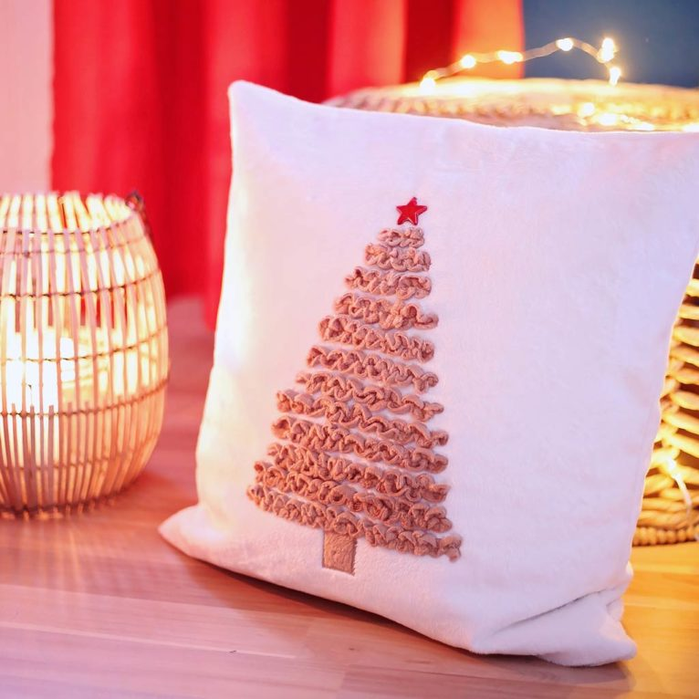 Weihnachtskissen nähen mit Zickzackrüschen Tannenbaum Applikation