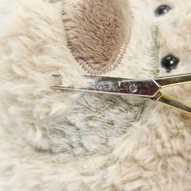 Teddyplüsch mit der Schere kürzen