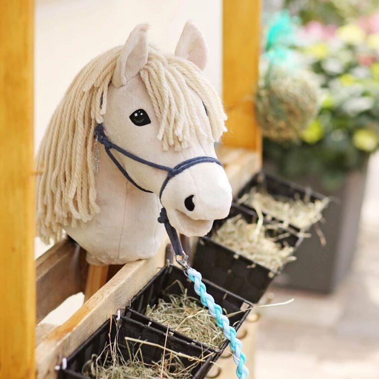 Hobby Horse Zubehör selber machen: Knotenhalfter mit Führstrick im selbstgebauten Stall