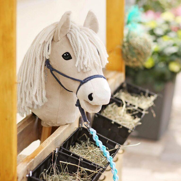 Hobby Horse Palomino im Stall