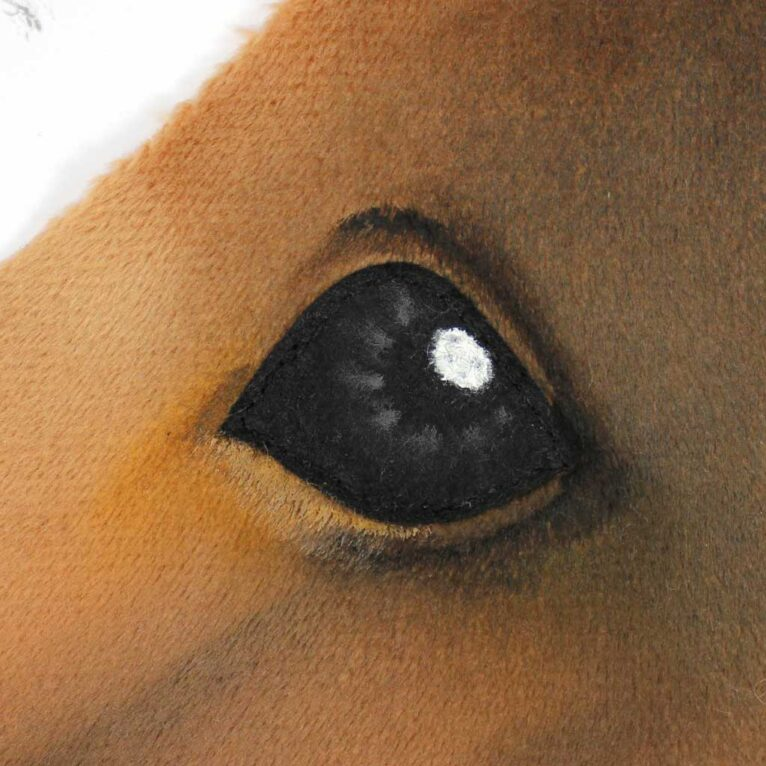 Hobby Horse Augen: Schattieren des Stoffs um die Augen