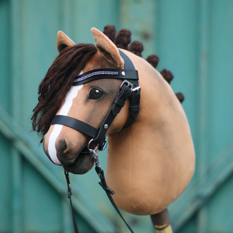 Hobby Horse HOPE: Brauner mit einfacher Trense