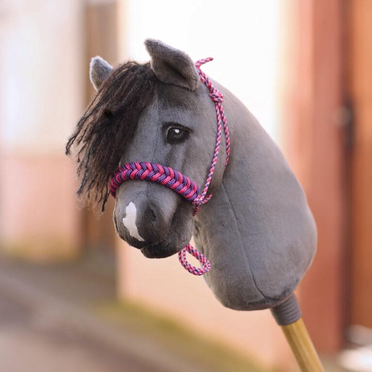 Hobby Horse HOPE: Graues Steckenpferd mit Knotenhalfter in pink / lila