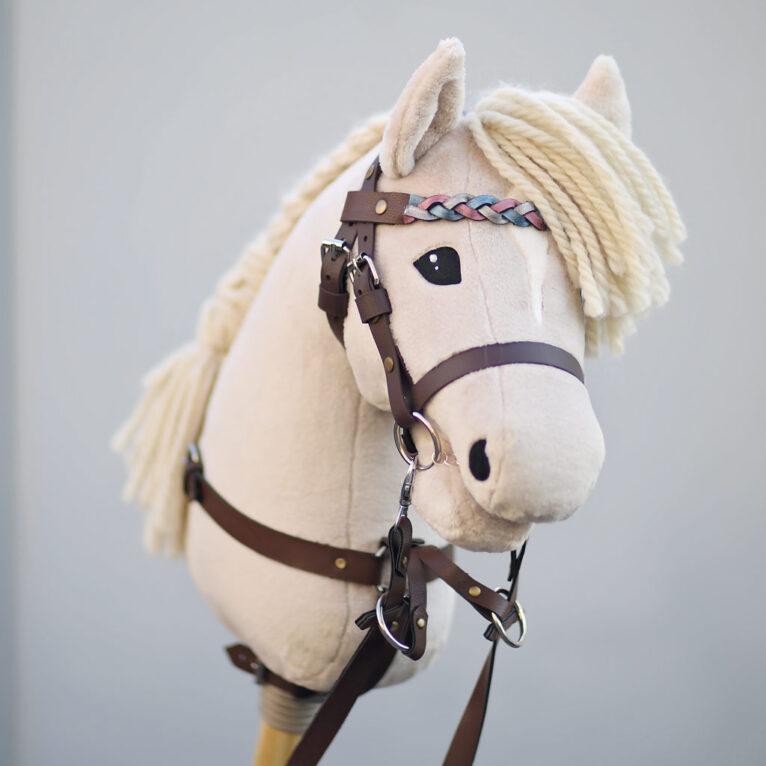 Hobby Horse HOPE: Haflinger mit geflochtenem Stirnriemen und Martingal