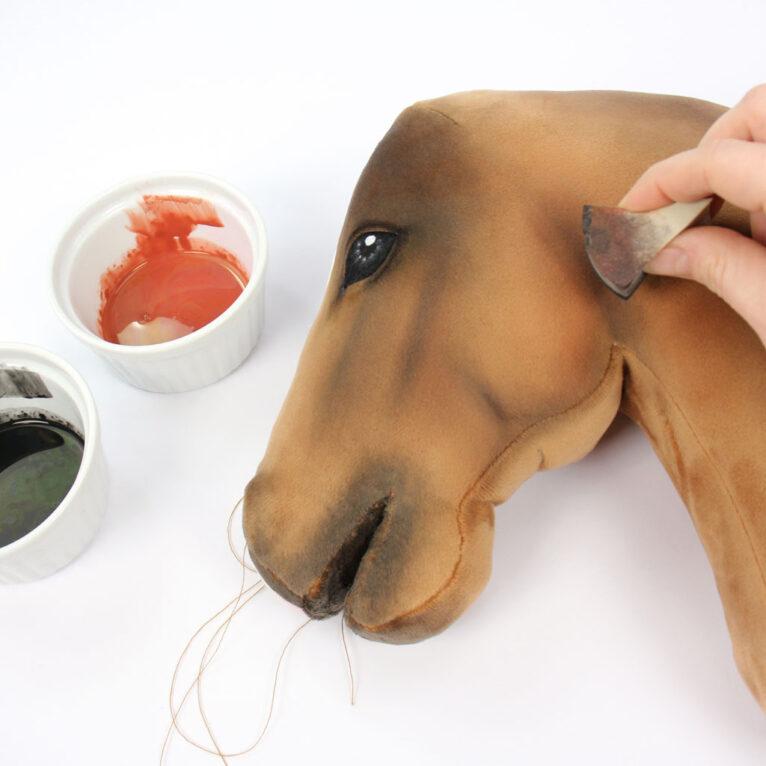 Hobby Horse Ganaschen mit Schwamm und Farbe betonen